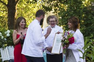Tilde de Paula Eby, Johan Sörberg och Birgitta Rasmusson gratulerar Shireen Selfelt till segern i