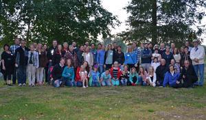 Cirka 60 stycken slöt upp när ättlingarna till Iris och Folke Pettersson, Domsjö, inbjöds till släktträff på Kanotcentralen i Själevad. Åldersspannet var stort – mellan 3 månader och 73 år. Kvällen avslutades vid midnatt med korvgrillning vid Moälven och även de allra minsta höll sig vakna fram till midnattstimman.