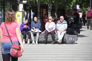 Njuter av solen. Många i Västerås firade den extra helgen, mitt i veckan, med att sola.