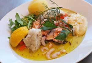 Färgstark mat blir det med saffran i fiskskyn. Två sorters fisk och räkor ger en sydfransk stil.