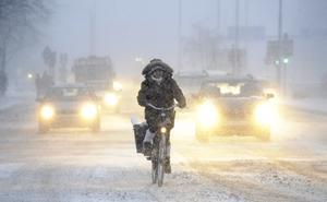 Så här såg det ut på Kungsholmen i Stockholm på måndagsmorgonen. Snö och vindar har ställt till med problem för både flyg- och vägtrafik.