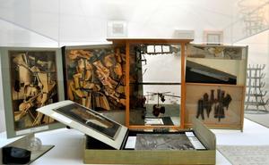 """Portabelt Duchampmuseum"". I original av Marcel Duchamp, och en skiss av kvarnhjulen i ""Det stora glaset"" ur Ulf Lindes forskningsmaterial."