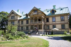 Herrgården byggdes i slutet av 1700-talet men fick sitt herrgårdsutseende först hundra år senare.