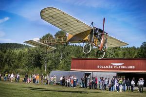 Många nyfikna kom till Bollnäs flygklubbs flygfält på Heden för att uppleva flyghistoria. För exakt 100 år sedan flögs en Blériot XI över Bollnäs och i helgen fick publiken återuppleva bragden när flygfantasten Mikael Carlson från Skåne flög sin Blériot XI.