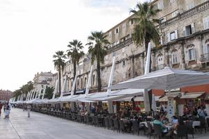 Hamnpromenaden Riva i Split är kantad av kaféer och restauranger.