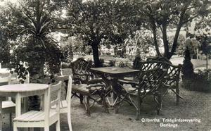 Ett gammalt vykort som visar den lummiga trädgårdsserveringen vid Gilberths konditori.