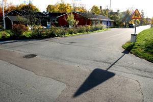 Ändring på gång. Tummeliten i Fjugesta är kommunens enda förskola som inte har hastighetsbegränsningen 30 kilomer i timmen utanför grindarna. Snart kan det bli ändring på det när nya hastigheter skall gälla i kommunens tätorter.