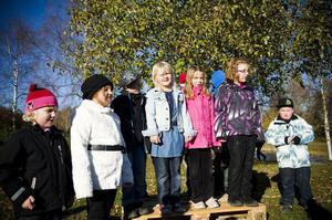 Arbråskolans musiklärare, Erika Planeskog, sjöng invigningssånger med lågstadiebarnen.