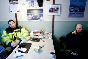 """Efter en hektisk morgon är det dags för förmiddagskaffe för bilbärgarna Iver Årvåg och Jocke Nilsson på Aarvags bilbärgning. """"Det blir alltid mycket jobb för oss när temperaturerna blir extrema, det gäller både på vintern och sommaren"""", säger Iver."""