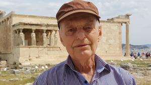 Gunnar Enochsson sitter idag i styrelsen för Västerås Konstförening. Här syns han vid Akropolis, med Erechteion och karyatiderna i bakgrunden.