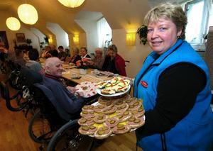 Läckra mackor. Britta Heier serverade läckra mackor under fredagssamligen hosHälsobrunnenn. Foto:MikaelForslund
