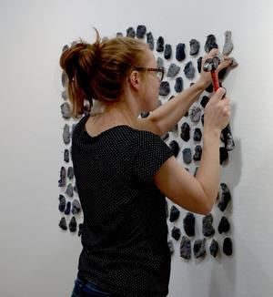 Kristina Stark fäster upp sitt verk