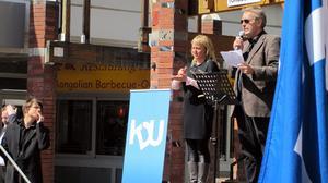 Lars Lindén från Kristdemokraterna Västerås höll i mötet med assistans av en teckenspråkstolk. FOTO: HANNA OSCARSSON