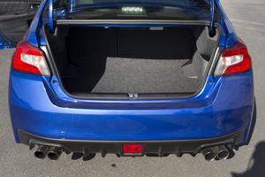 Subaru WRX STI är främst en körmaskin, men visst har den bagageutrymme, som dessutom har blivit 40 liter större än föregående modell.    Foto: Pontus Lundahl/TT