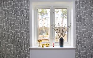 Fönsterfröjd. Vide i en vas och mässingsfynd är vackert i vardagsrumsfönstret.