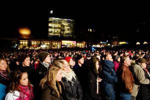 Många applåder, visslingar och glada tillrop kom från alla de människor som fanns på plats för att delta i invigningen. Foto: Ulrika Andersson