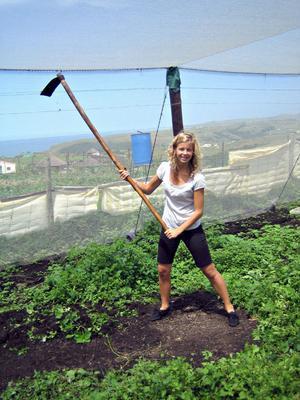 Vi fick även hjälpa till mycket i trädgårdslandet och här jobbar vi för fulla hackor, berättar Matilda Häggblom som också syns på bilden.