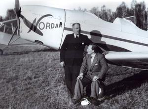 Pionjärer. Olle Norström, stående, tillsammans med Dan Ericson vid planet Nordan.