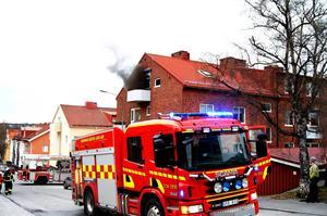Vid en lägenhetsbrand på Frösön under tisdagskvällen omkom en man.