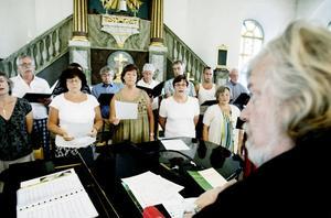 På onsdagskvällen ger Staffanskören en sommarkonsert i Norrala kyrka. Dagen före pågick repetitionerna. – Det är en fantastisk akustik i den här kyrkan, säger körens ledare och grundare Berndt Häggbom.