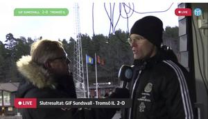 Joel Cedergren vid Roland Engströms intervjumikrofon efter matchen.