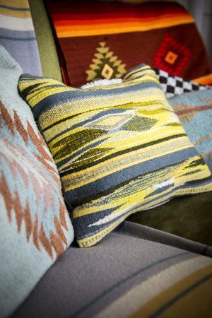 Den gula kudden har Miriam Parkman vävt med inspiration från sin vistelse i Mexiko.