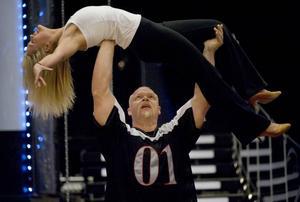 kraftpaket. Muskulöse Magnus Samuelsson balanserade dansaren Annika Sjöö på sina armar.