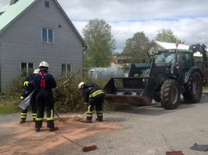 Vid lunchtid fick räddningstjänsten göra ett saneringsarbete inne i centrala Sveg efter ett läckage på en traktor.