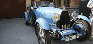 Dagens äldsta. Den ljusblå Bugatti Typ 43 är från 1922 och äldst av de bilar som deltog i firandet av Motorhistoriska dagen i Köping. Stolta ägare är Per Olof Håkansson och hans fru Britt-Mari. Efter utflykten till Sörby skulle några bilar ställas ut vid Gammelgården.