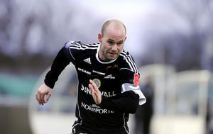 Ett kort inhopp mot Djurgården – i går startade Roger Risholt sin första träningsmatch för säsong. Det på den defensiva mittfältspositionen tillsammans med Nuri Mustafi.