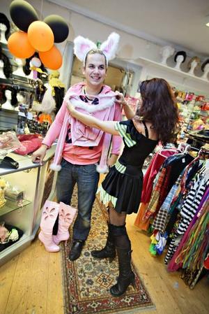 Ska vara en bunny. Jonas Andersson ville överträffa aputstyrseln han hade under förra årets Halloween. Utan att tveka bestämde han sig för att tillbringa Halloween i rosa högklackade stövlar, kaninöron, en kort rosa kjol och en liten topp.
