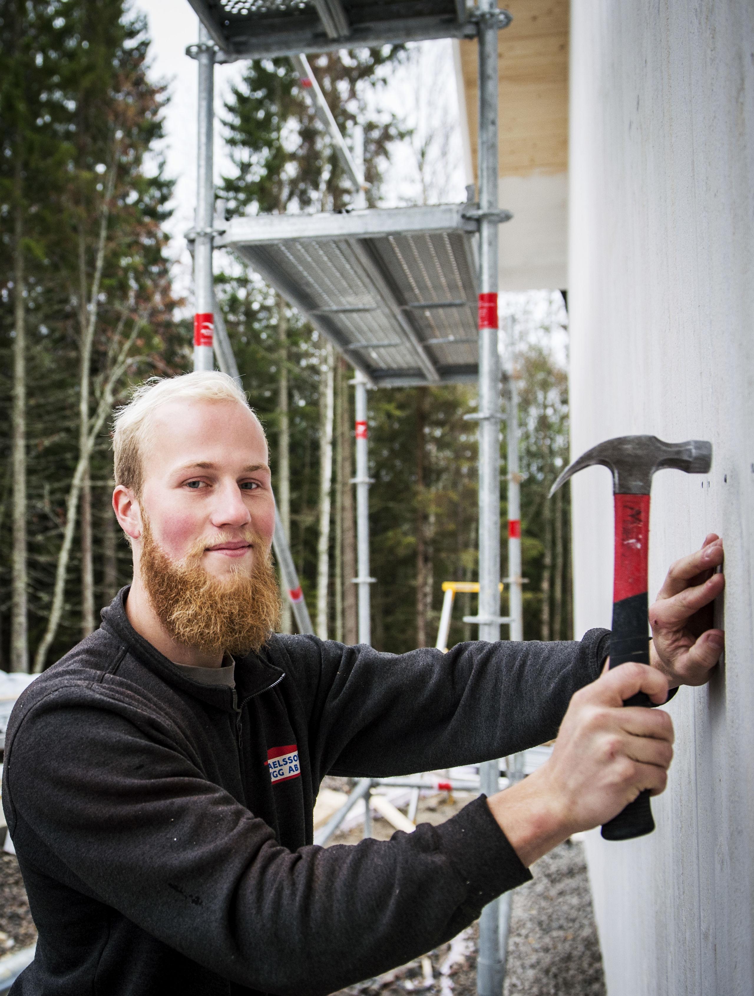 Mattis Backlund är 22 år, snickare, som sålde sin lägenhet och köpte en skogbevuxen tomt i Sörnacksta.