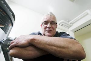 Göran Brandt tränar rygg och mage.