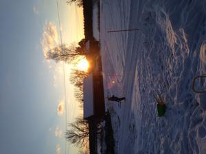 Lukas är ute och leker med snö och står precist under solen ska ner mysigt passa mamma på att knäppa ett kort!!!
