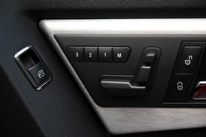 Stolinställning. Mercedes håller fast vid sina små egenheter, exempelvis stolsinställningen som sitter på dörrsidan.