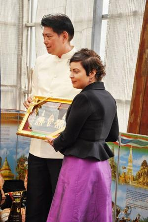 Bangkok stads nye ordförande (och före detta basketspelare) Pipat Lappratana ger en gåva till Ragunda som kommunalrådet Terese Bengard tar emot. Det är för första gången som ordförande för Bangkoks ordförande besöker paviljongen i samband med firandet av Chulalongkorns minnesdag.