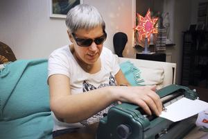 Fyller år. Maria Selberg fyller 50 år i morgon. Här sitter hon och skriver på sin skrivmaskin. Snabbt går det också.