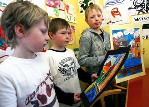Konstnären Kandinski fick eleverna att våga måla färgstarkt. William Lydén, Christian Hanold och Oskar Olsson gillade de starka färgerna.