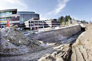 Byggjobbarna har hunnit gräva en hel del innan politikerna tog det symboliska första spadtaget till det som ska bli ett nytt operationshus.