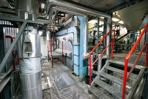 Biobränslepannan, själva hjärtat i fjärrvärmenätet. Det är en åtta meter hög jätte som förbränner bränslet vid en temperatur på över 800 grader. Det sker i en sandbädd på ett ungefär 20 kvadratmeter stort utrymme i botten av pannan.