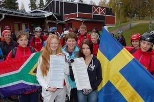Vid starten i Mora inför cykelturen Siljan Runt visade Leonie Jacobsen upp manifesten tillsammans med eleverna Cyncia Neuenherz och Vilma Engberg tillsammans Daniel Barkman och Alexander Svenk, som håller upp flaggorna från Sydafrika respektive Sverige.