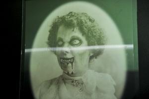 Fröken Blomberg varar över spökvinden i det övre huset på Boda borg.