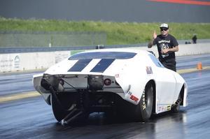 Jonnie Lindberg, NHRA-champion i Top metanol funny car i USA, är hemma i Sverige, och hjälpte Åke