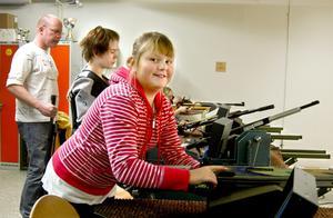 Förberedelser. Ella Carlsson, Ramsbergs skytteförening, ordnar med utrustningen innan tävlingen startar. BILD: BIRGITTA SKOGLUND