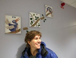 Anna Erlandsson visar teckningar och mosaik hos Galleri S med start 1 februari, här med mosaik som hon installerat på ett av de nya äldreboendena i Torvalla