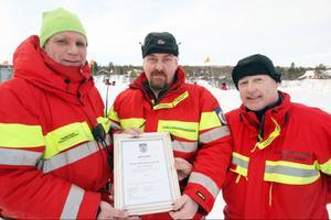 Henrik Andersson fick ta emot belöningen av Rickard Svedjsten och Thomas Alexi.