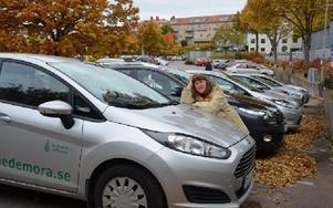 Barbro Sterner med några av kommunens miljöbilar. Just den gången fanns det fem bilar i bilpoolen. Foto: Jan Björkegren/DT