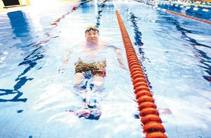 STARK GENOM SIMNING. Ove Engberg tackar sitt starka psyke och Gävle simsällskap för att han kunnat hitta en väg ur sorgen efter hustru Maj-Lis, som avled efter en tids sjukdom 20 november 2007. Foto: Jenny Lundberg
