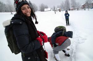 Praktikveckan var ganska tuff men lördagens avslutande pilgrimsvandring var mest för nöjes skull, det fanns tid för en brottningsmatch i snön.Foto: Elisabet Rydell-Janson
