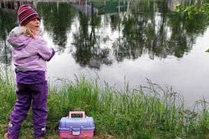 Frida Kronberg testade att fiska regnbåge. Bilden är tagen strax innan hon fick en regnbåge.